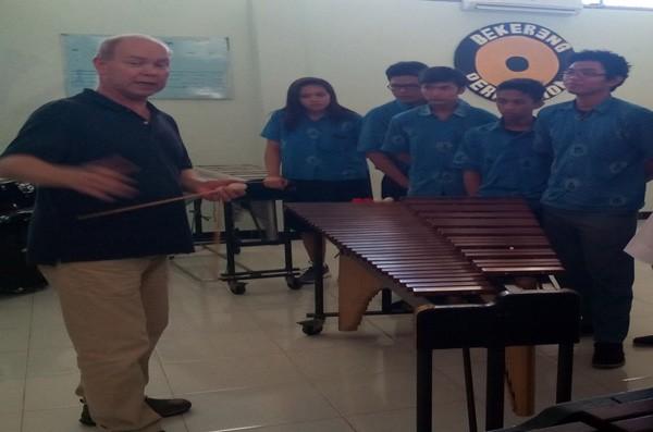 Pemain Perkusi dari Belanda memberikan Workshop di SMM Yogyakarta